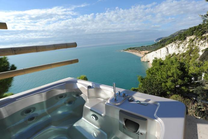 Vasca-idromassaggio 2 posti vista mare hotel sul Gargano