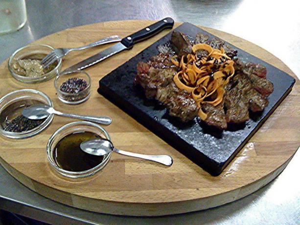 Cena con piatti tipici della zona