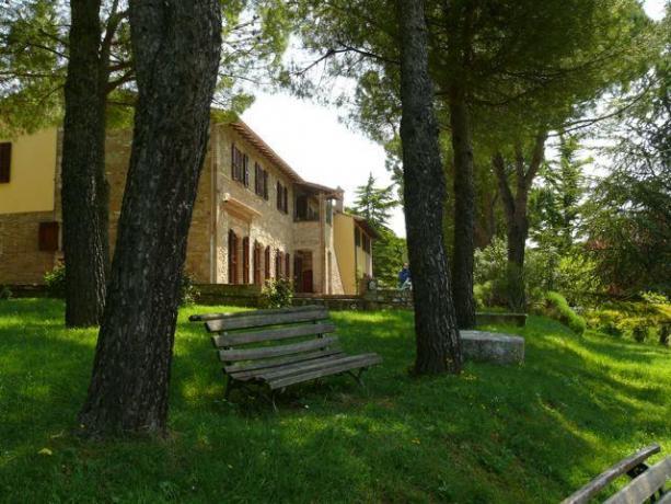 Agriturismo con ampio giardino e panchine