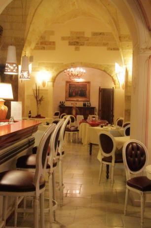 sala in hotel con architettura caratteristica del salento