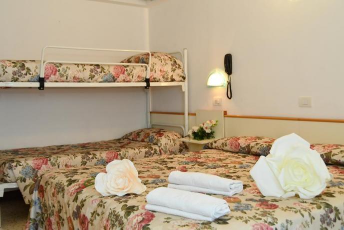 Camera con matrimoniale, letto a castello a Misano