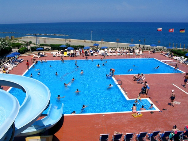 AGOSTO e FERRAGOSTO a Piraino tra Palermo e Messina in villaggio sul mare con piscina