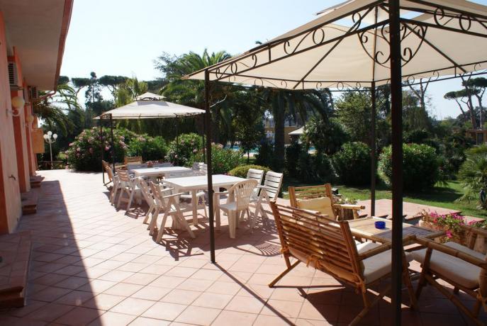 Patio attrezzato tavoli sedie hotel 3 stelle Anzio