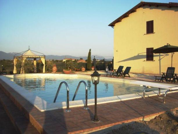 Grande piscina attrezzata e panoramica