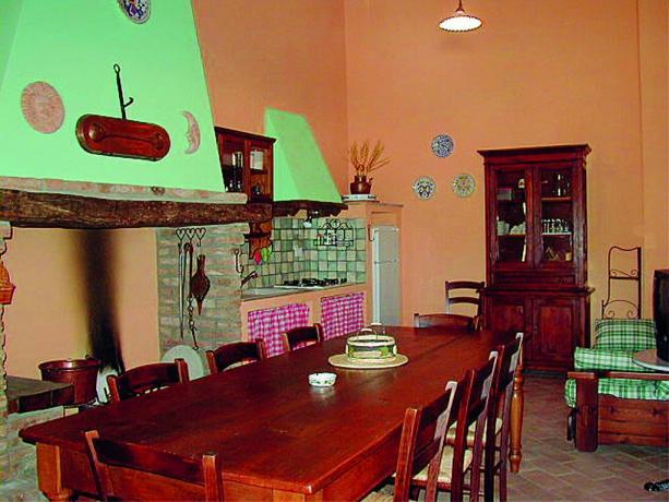 Appartamento con camino e lungo tavolo