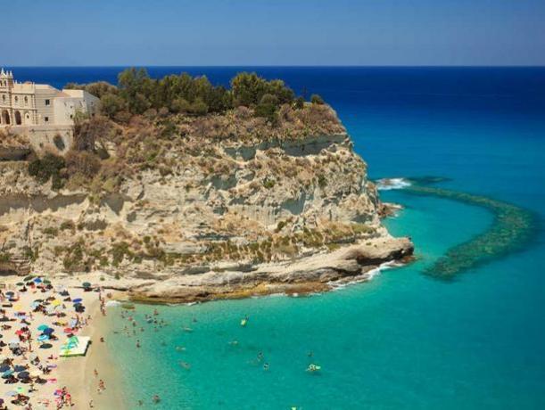 Villaggio con Animazione Piscina Spiaggia a Tropea