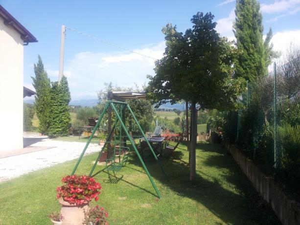 Casale immerso nel verde con cortile curato