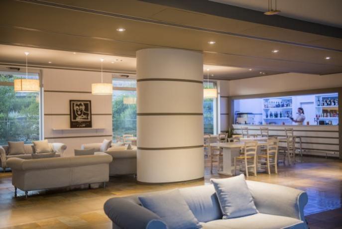 Sala Cafè con romantico camino hotel4stelle Manfredonai