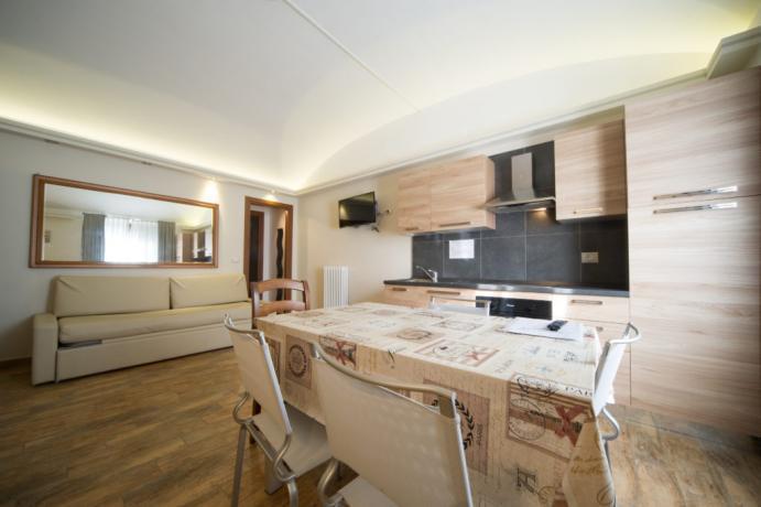 Appartamento vacanza bardonecchia uso cucina con frigorifero
