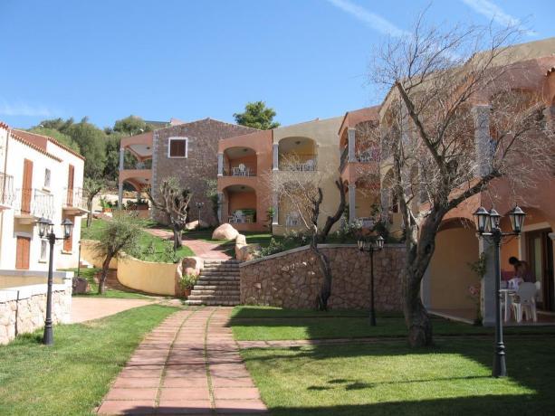 ingresso residence immerso nella macchia mediterranea