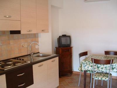 cucina attrezzata degli appartamenti dell'agriturismo in maremma