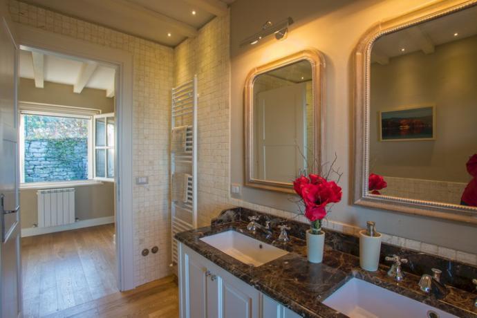 bagno con doppio lavabo e doccia nella villa