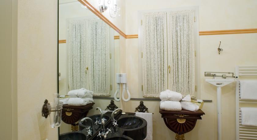 bagno con doppio lavabo e bilancia aciugapelli