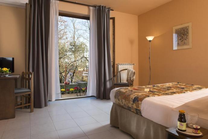 Camera con balcone attrezzato hotel a Collevalenza
