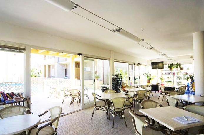 Bar a Numana sala colazioni a bordo piscina