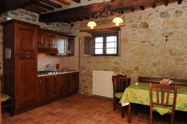 soggiorno e angolo cucina appartamento il Pino