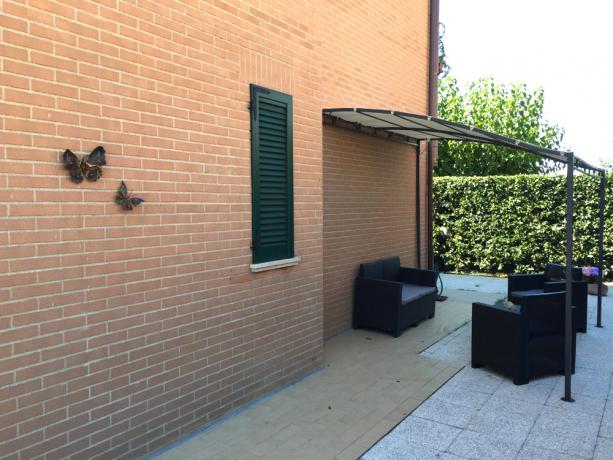 Casa Vacanza piano-terra, giardino con salotto rattan
