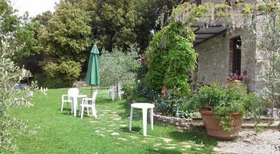 Giardino attrezzato con tavoli e sedie
