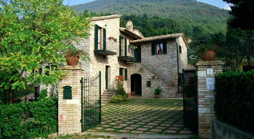 Ingresso Casolare con Appartamenti Vacanza in Assisi