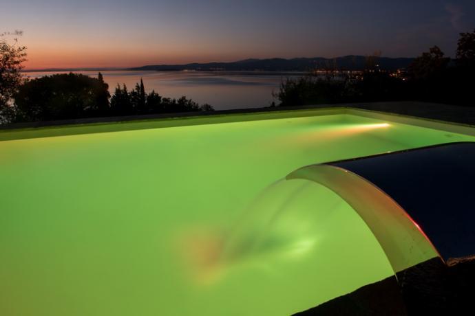 villa con piscina a sfioro sul trasimeno