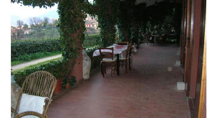 portico casa vacanze Terni Umbria giardino