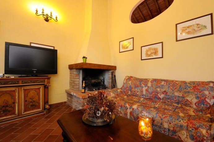 Soggiorno con camino appartamento Gelsomino Città della Pieve
