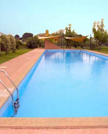 Piscina in ampia area verde Agiturismo-Viterbo-Roma