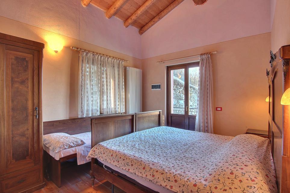 Camera letto matrimoniale e un singolo con balcone
