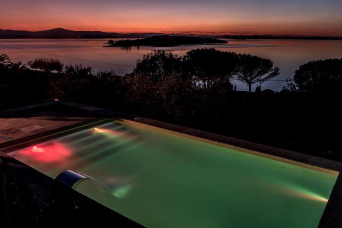 splendida vista notturna dalla piscina a sfioro