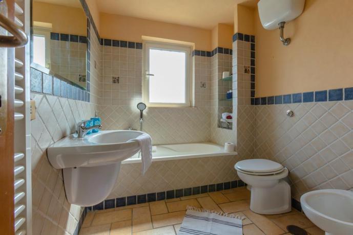 Ampio bagno con Vasca in Casale a Rieti
