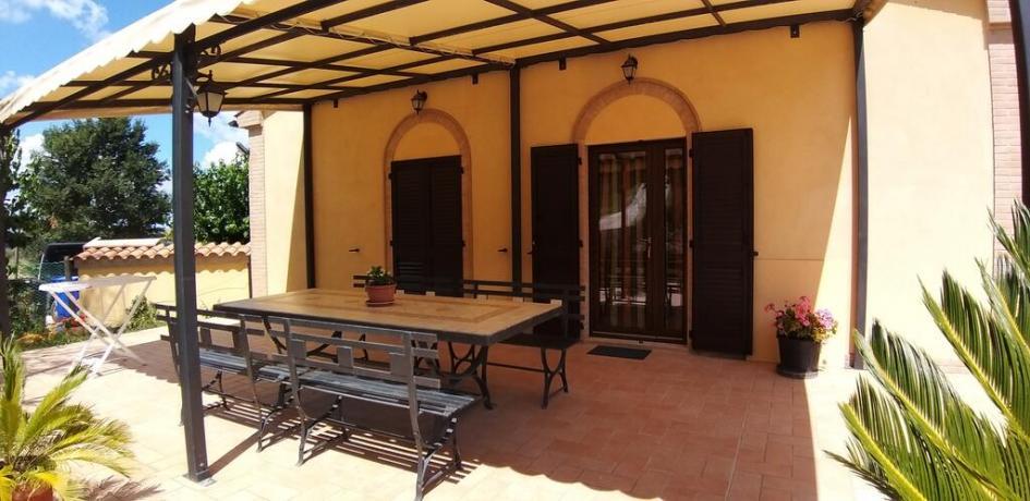 A Macerata casale con piscina e veranda