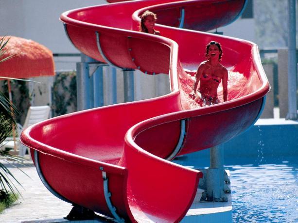 Villaggio con piscina con acquascivoli a Montesilvano