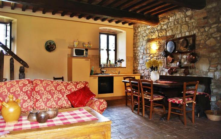 Grande salone con cucina in casale a Todi