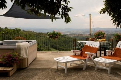 Casale per vacanze a Collazzone, vicino Perugia con vasca idromassaggio esterna e camino.