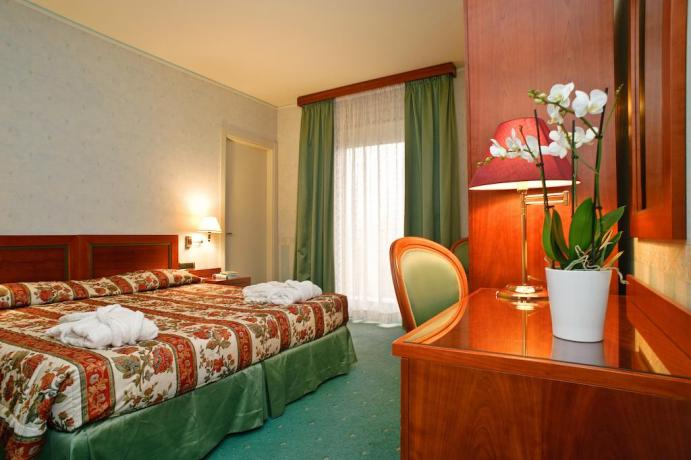 Camera matrimoniale: scrivania, balcone e aria condizionata
