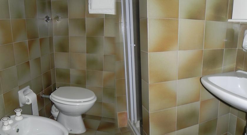 bagno con doccia in Hotel a Calasetta