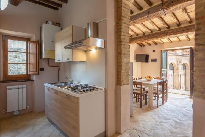 Cucina attrezzata e Tavolo in Soggiorno negli appartamenti