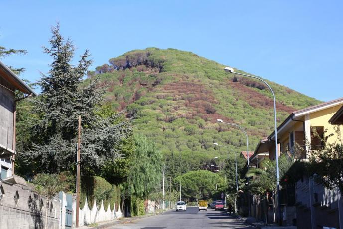 Villaggio a Nicolosi con vista colline
