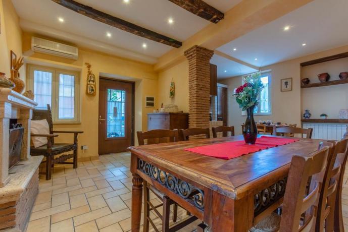 Grande Salone con Camino e Cucina, Casa-Vacanza-Rieti
