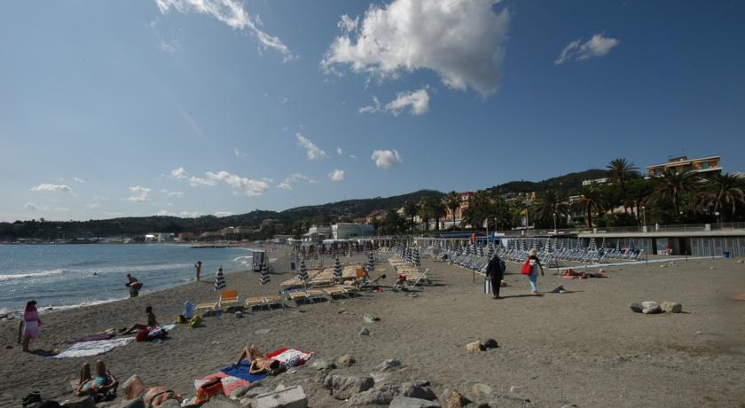 spiaggia hotel 3 stelle liguria Varazze mare