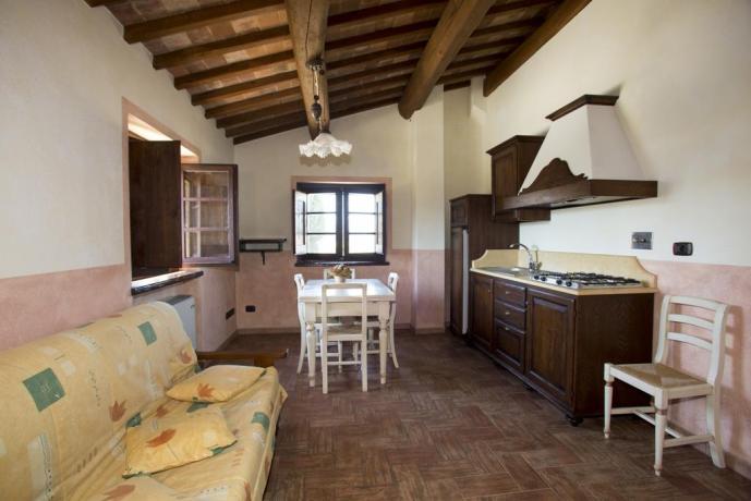 Sala da pranzo con angolo cucina e divano