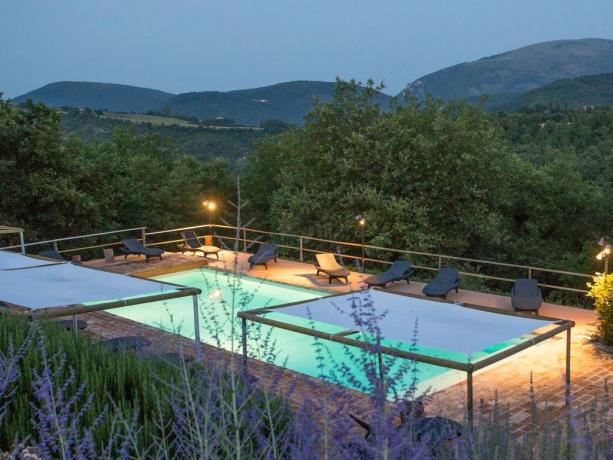 Relais Perugia con piscina aperta di notte