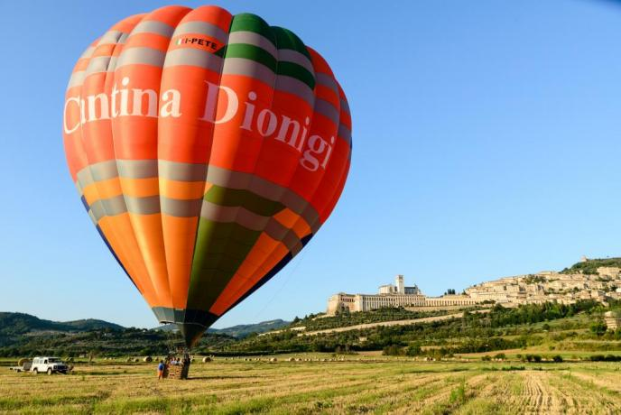 The Fly volo in mongolfiera sopra assisi