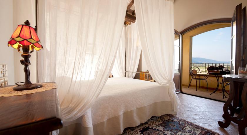 Camera romantica con balconcino e letto a baldacchino
