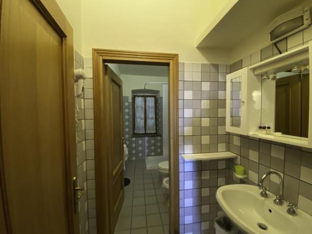 Contadino- Bagno con doccia pulito e moderno