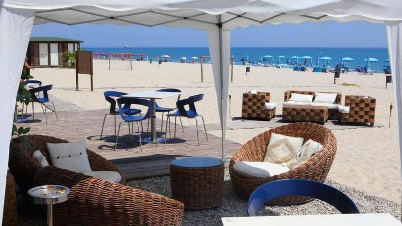 Villaggio con bar sulla spiaggia
