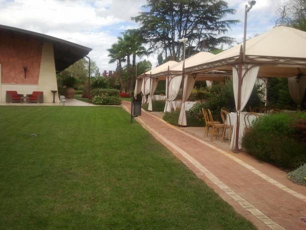Ristorante esterno sul giardino nel Resort a Castellana