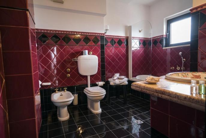 bagno privato colorato, hotel a salerno