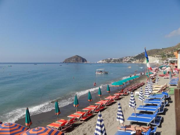 Spiaggia con ombrelloni e lettini a Barano d'Ischia
