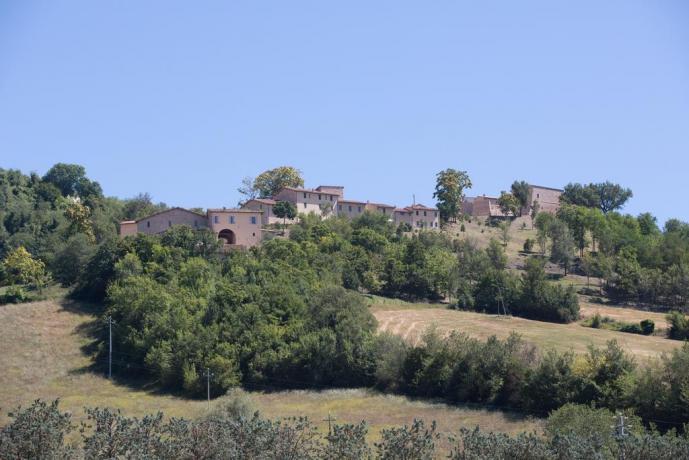 Veduta borgo di Gallano vicino Valtopina